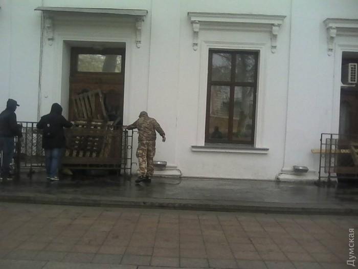 """Після розгрому """"антитрухановського майдану"""" активісти завалили шинами всі входи до мерії - фото 2"""