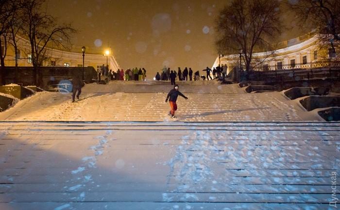 Одесити перетворили Потьомкінські сходи на гірськолижну трасу (ФОТО) - фото 1