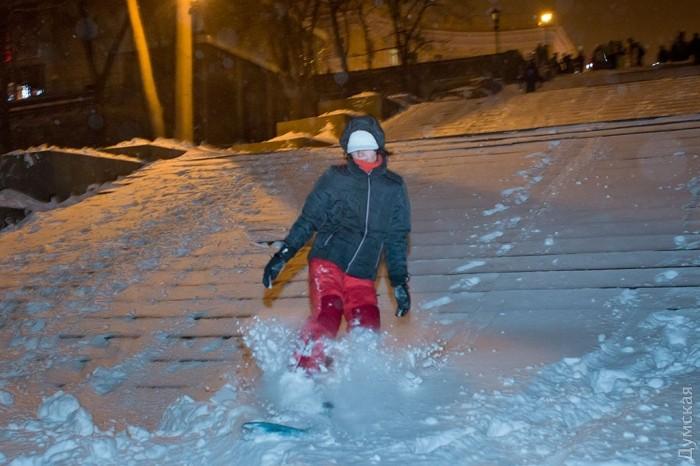 Одесити перетворили Потьомкінські сходи на гірськолижну трасу (ФОТО) - фото 3