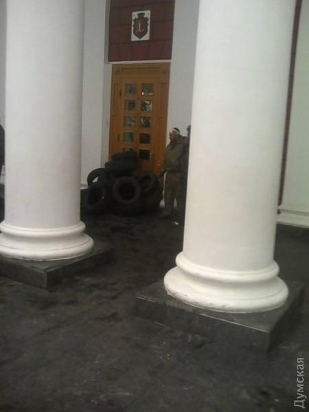 """Після розгрому """"антитрухановського майдану"""" активісти завалили шинами всі входи до мерії - фото 1"""