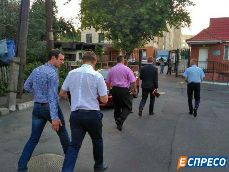 Прокурори прибули до лікарні Федорка - фото 1