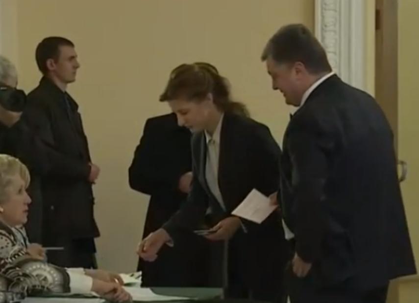 Як Порошенко з дружиною голосував у Києві (ФОТО) - фото 1
