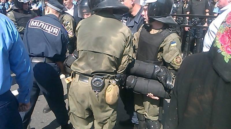 У міліціонерів під Радою кинули бойову гранату (ФОТО) - фото 2