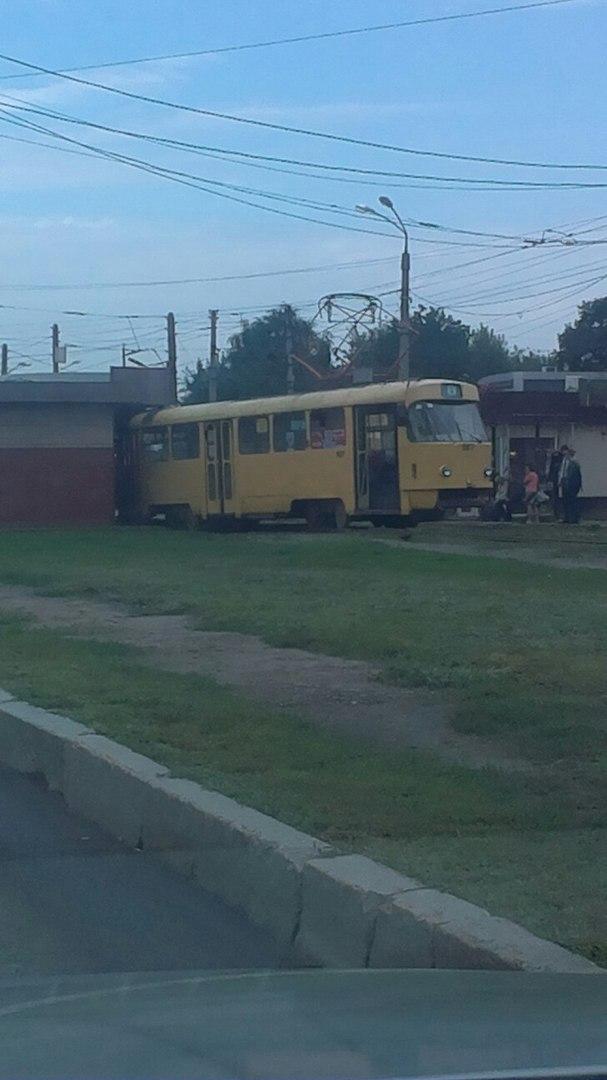 У Харкові трамвай злетів із рейок та протаранив кіоск - фото 3