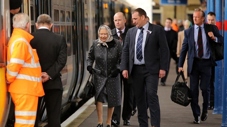 Королева Єлизавета ІІ проїхалася електричкою   - фото 1