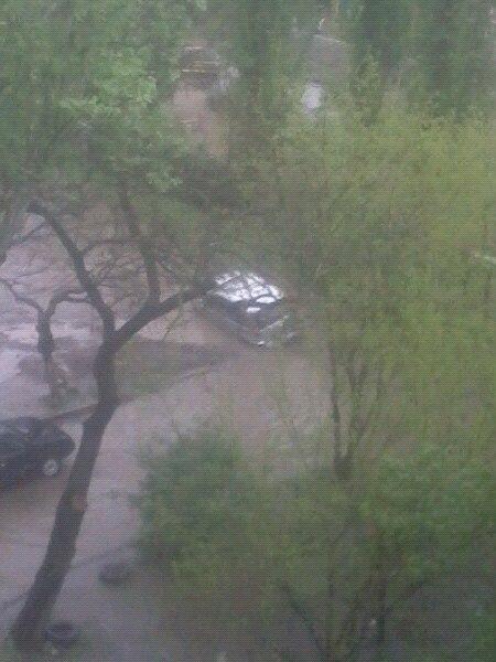 """У Миколаєві машина впала на бік у """"приховану"""" дощем яму"""