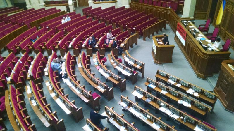 """Рада """"розпустилась"""" без Парубія: в залі 18 депутатів - фото 1"""