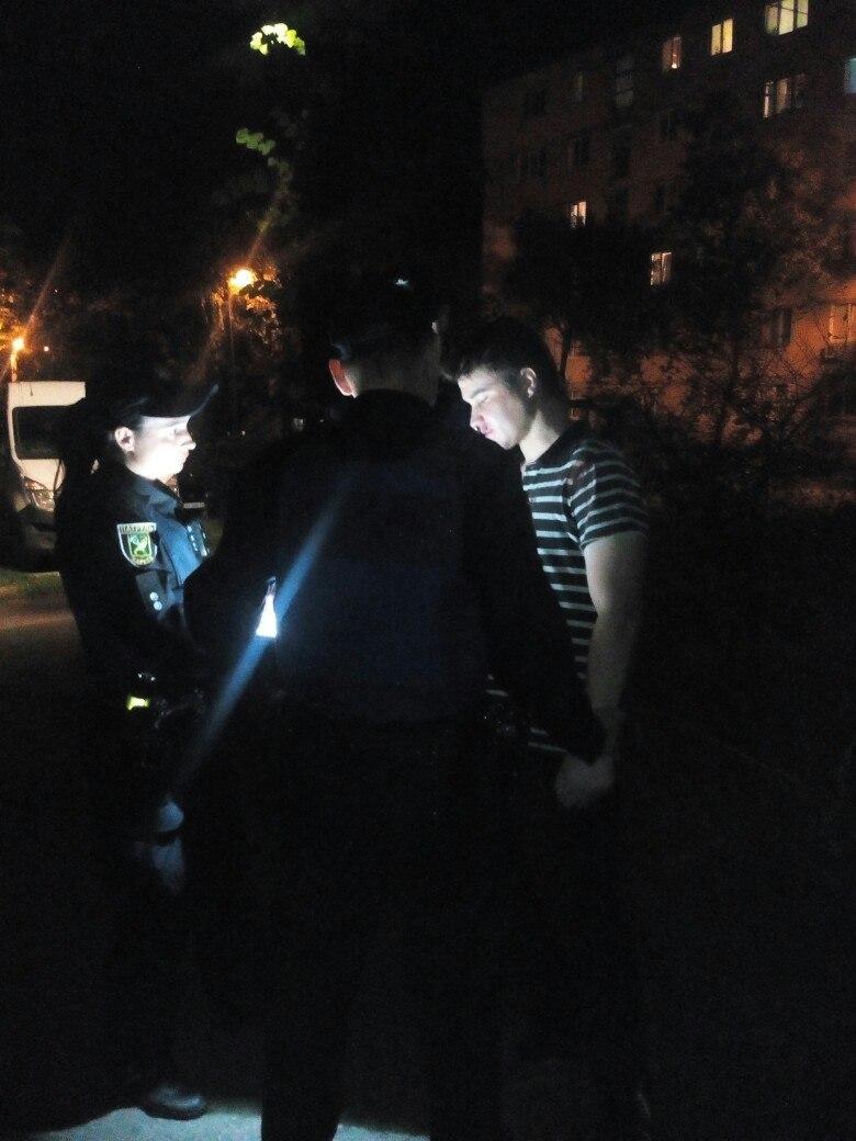 У Харкові п'яний чоловік залякував перехожих розбитою пляшкою  - фото 1