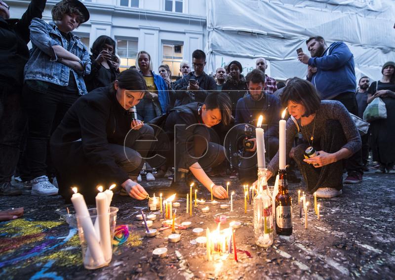 """""""Наша веселка впала"""": Як лондонці вшановують жертв стрілянини в Орландо - фото 1"""