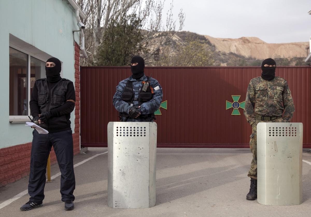 Хроніки окупації Криму: росіяни пішли на штурм, журналістам ламають ребра - фото 2