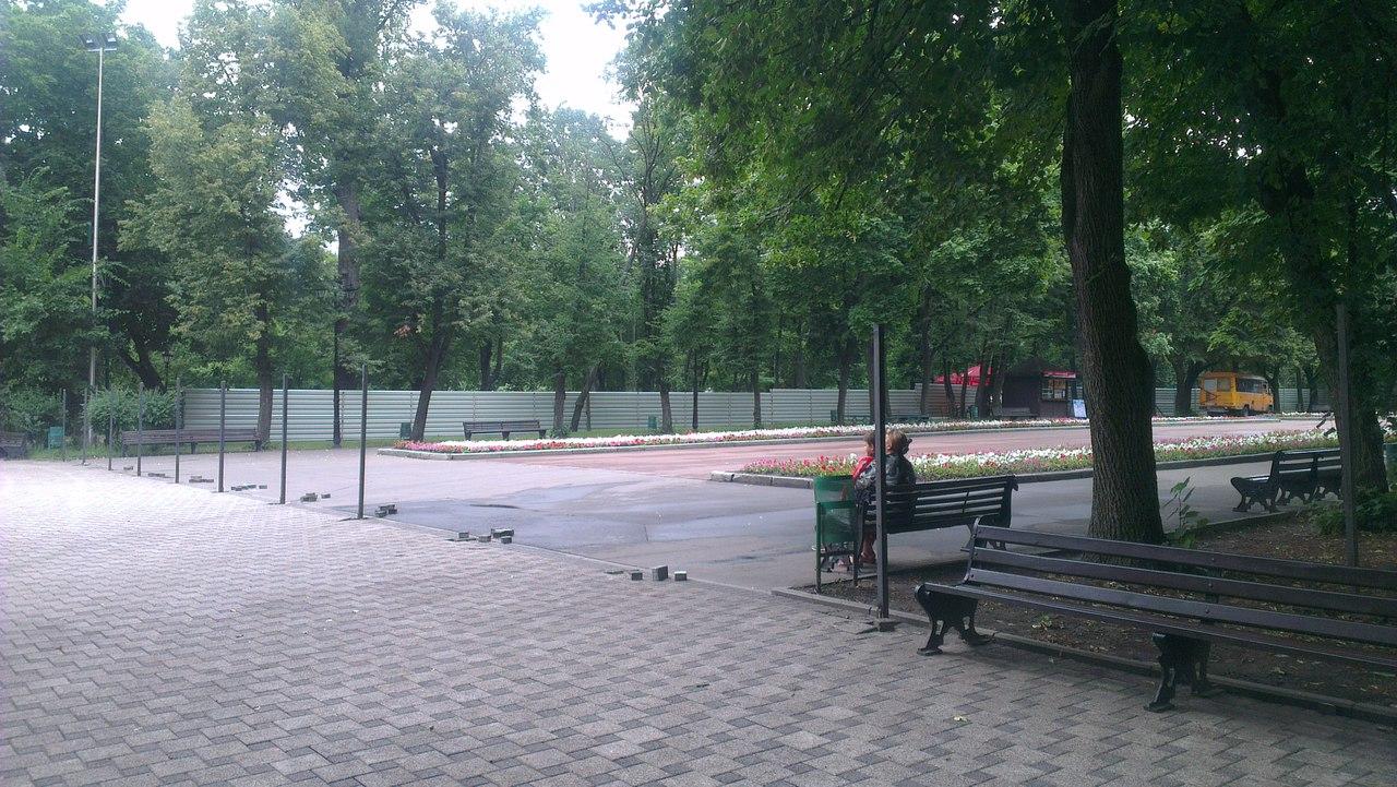 Сад Шевченка сховали за парканом  - фото 2