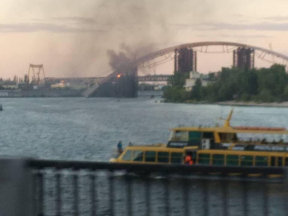 У Києві горить недобудований Подільський мостовий перехід - фото 1