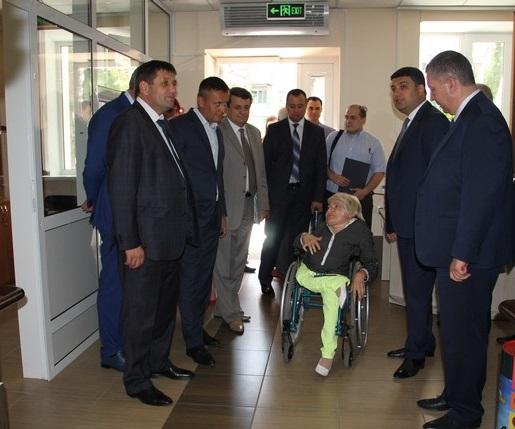 """Гройсман з міністрами-вінничанами подивились, як живеться """"Гармонії"""" - фото 1"""
