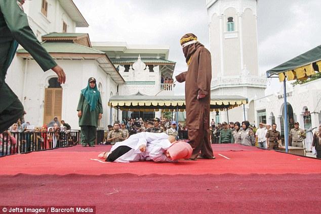 Як пару шмагали в мечеті за позашлюбний флірт - фото 4