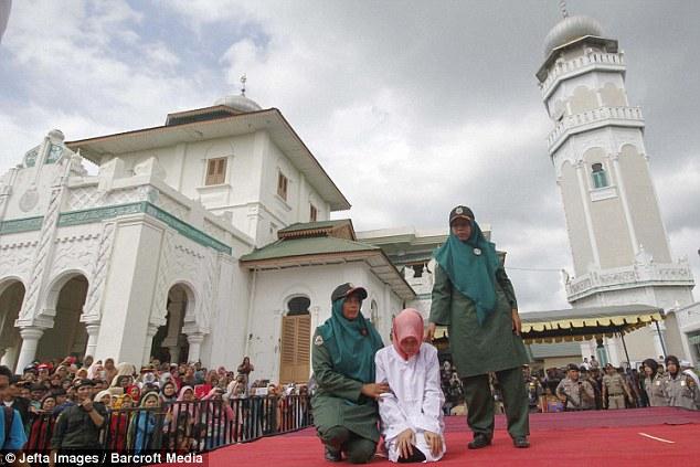 Як пару шмагали в мечеті за позашлюбний флірт - фото 1