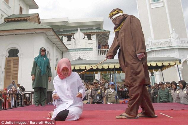 Як пару шмагали в мечеті за позашлюбний флірт - фото 2