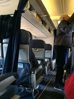 Як Шокін тужиться в літаку з чемоданом (ФОТО) - фото 1