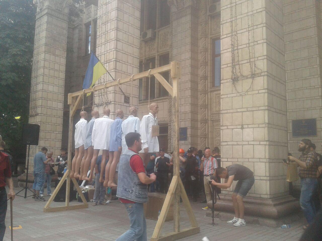 """""""Азовці"""" влаштували масове повішення під міністерством Насалика - фото 1"""