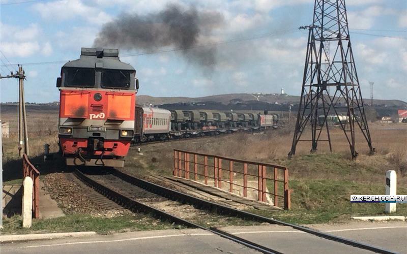 Окупанти звозять до Криму військову техніку  - фото 1