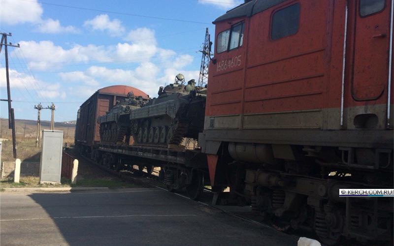 Окупанти звозять до Криму військову техніку  - фото 2