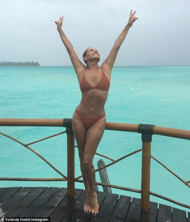 52-річна телезірка у купальнику похвалилася стрункою фігурою - фото 2