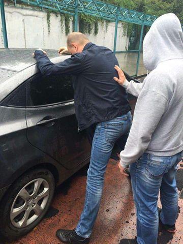 """Луценко затримав """"сучого сина"""" з СБУ, який відібрав 230 тис. у бійців - фото 1"""