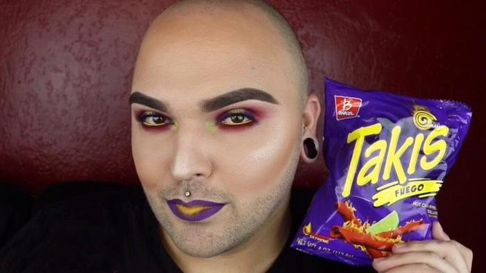 Як відомий блогер робить собі макіяж під колір обгортки від чипсів  - фото 1