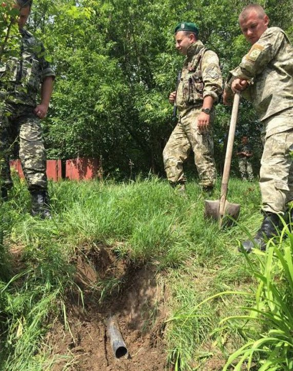 Вінницькі СБУшники знайшли трубу, через яку з Молдови качали спирт - фото 1