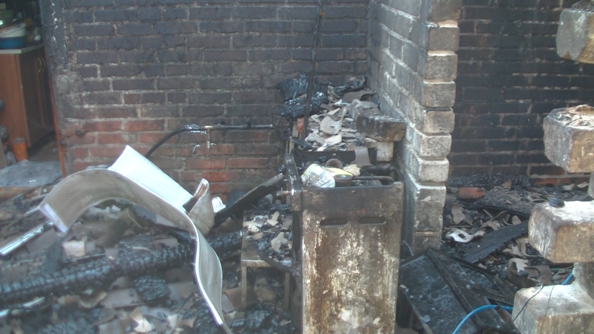 У Харкові палав приватний будинок: постраждала жінка - фото 2