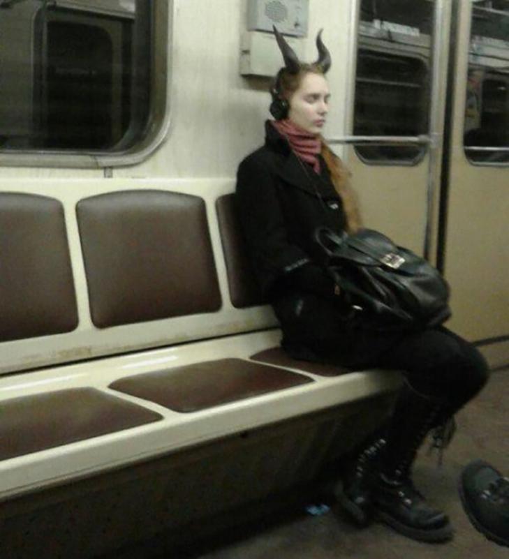 35 неймовірних диваків у метро - фото 28