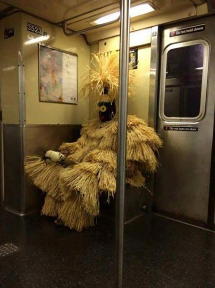 35 неймовірних диваків у метро - фото 18