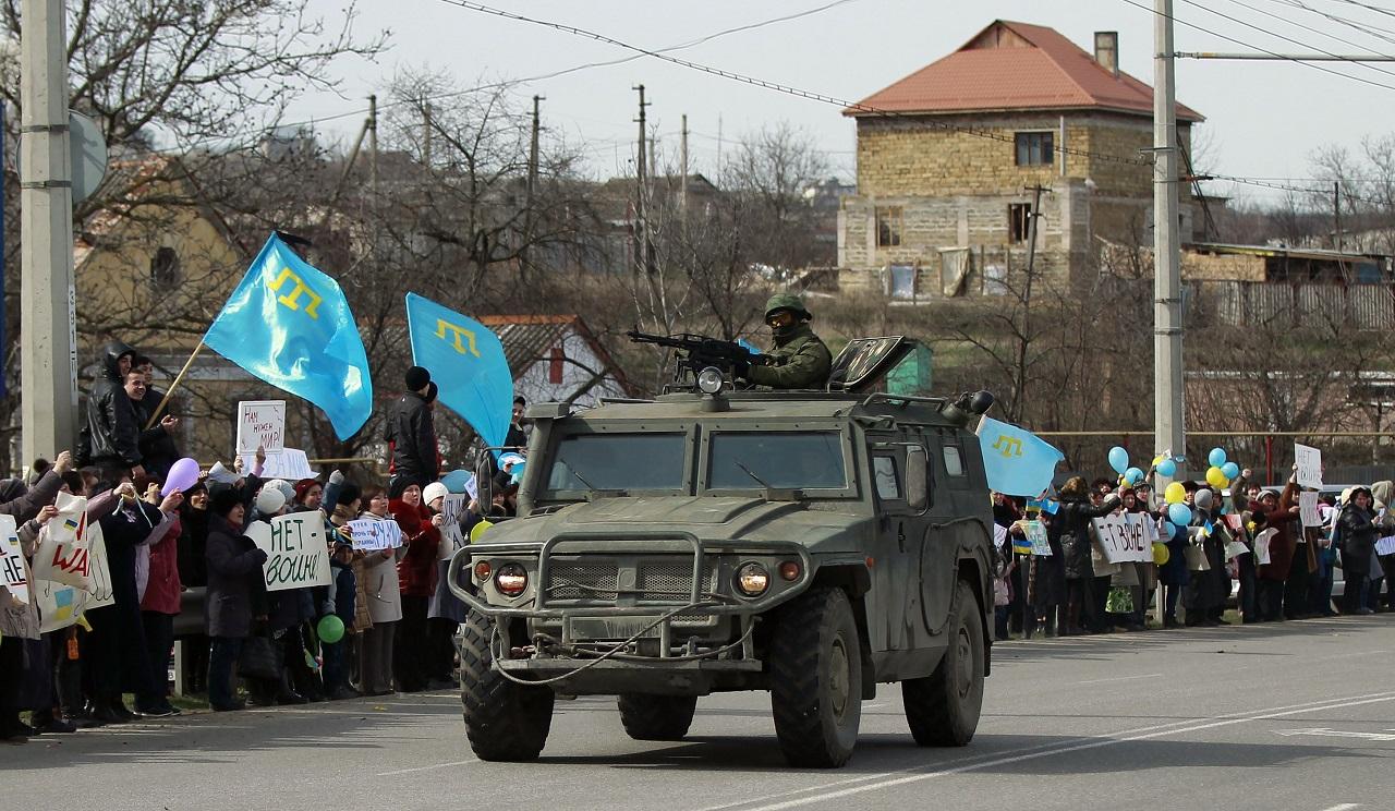 Хроніки окупації Криму: росіяни пішли на штурм, журналістам ламають ребра - фото 7