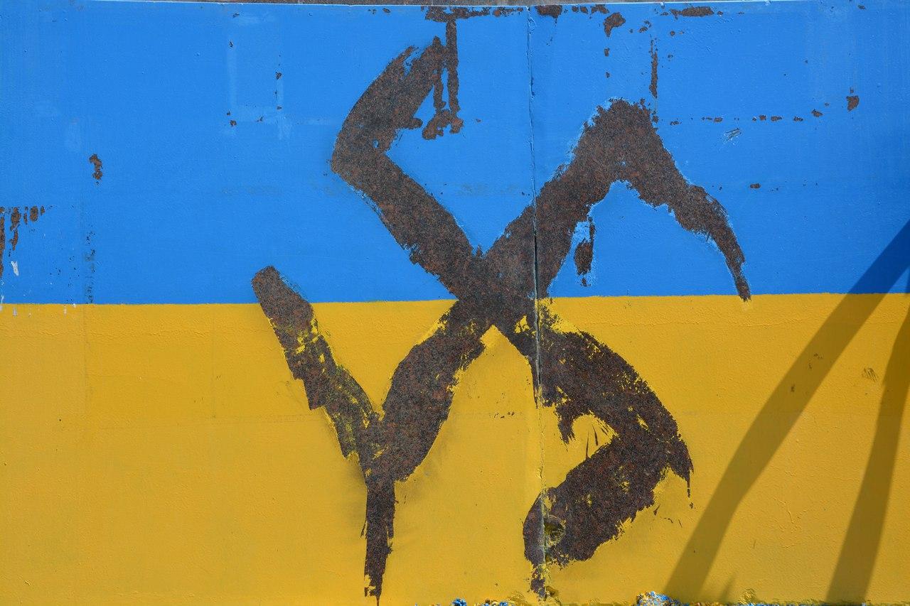 Український прапор на постаменті Леніна у Миколаєві спотворили свастикою