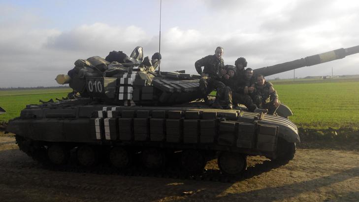 Т-64Б из состава 17-й отдельной танковой бригады на полигоне - фото 2