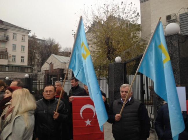 Татари протестують проти репресій під посольством Росії в Києві  - фото 1
