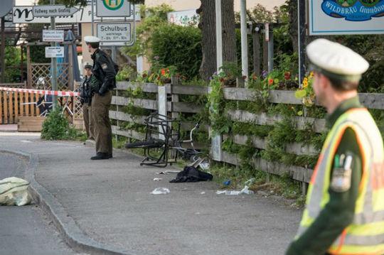 """На вокзалі під Мюнхеном ісламіст з криками """"Алах акбар!"""" влаштував різанину, є жертви - фото 3"""