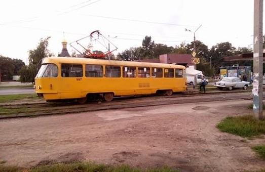 У Харкові трамвай злетів із рейок та протаранив кіоск - фото 1