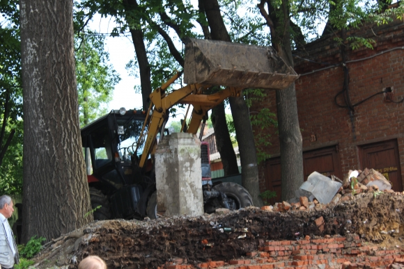 В центрі Вінниці трактор зрівняв із землею аварійну стіну - фото 1