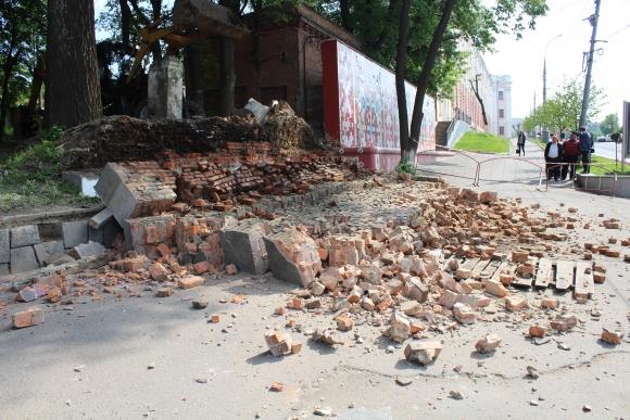 В центрі Вінниці трактор зрівняв із землею аварійну стіну - фото 2