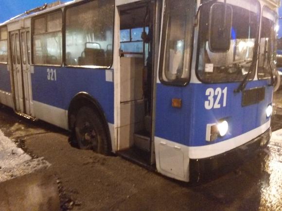 Як в центрі Вінниці з ями діставали тролейбус - фото 1
