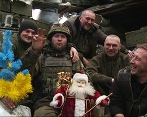 Бійці АТО зустрінуть Новий рік з пляшковою ялинкою, прикрашену гранатами - фото 1