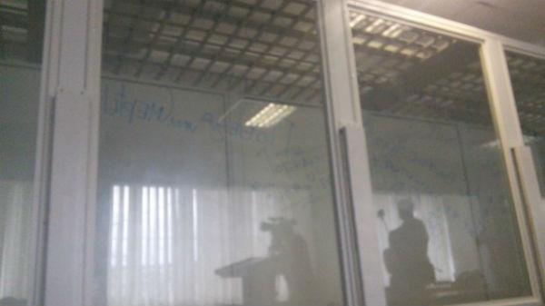 """Як """"торнадівці"""" зривали суд: Нецензурні надписи та обливання сечею - фото 3"""
