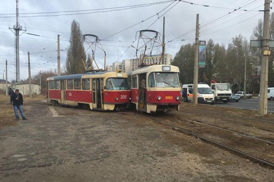 УХаркові нерозминулися два трамваї, атретій зійшов зрейок