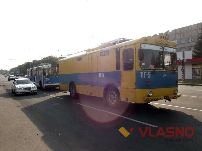 У Вінниці тролейбус розгромив двері кафе - фото 2