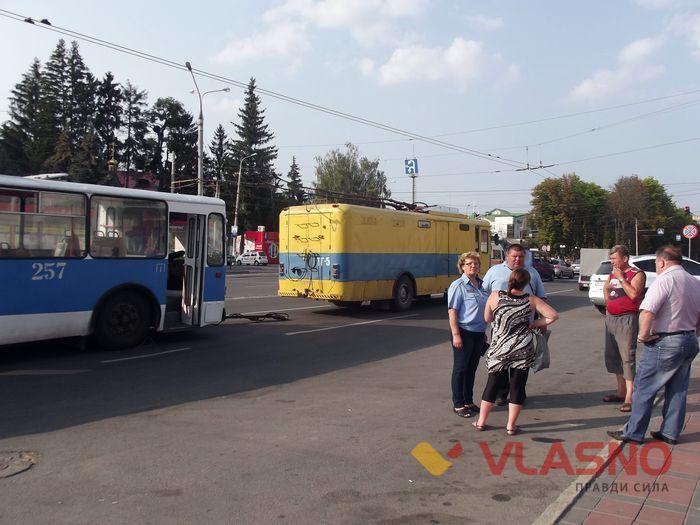 У Вінниці тролейбус розгромив двері кафе - фото 1