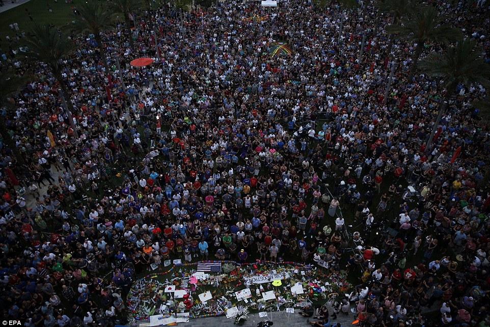 Тисячі американців вийшли на вулиці, щоб оплакати жертв стрілянини в Орландо - фото 3