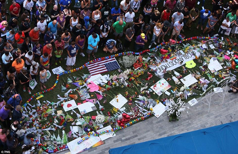 Тисячі американців вийшли на вулиці, щоб оплакати жертв стрілянини в Орландо - фото 1