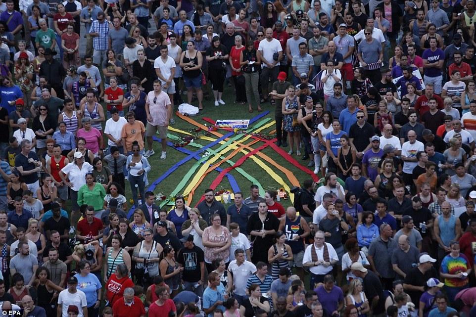 Тисячі американців вийшли на вулиці, щоб оплакати жертв стрілянини в Орландо - фото 4