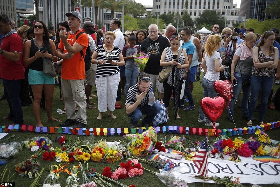 Тисячі американців вийшли на вулиці, щоб оплакати жертв стрілянини в Орландо - фото 2