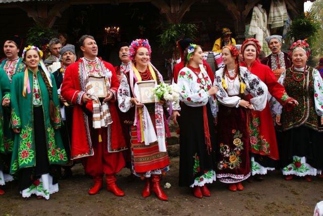 Розцяцьковані дерева, коні замість кортежів і дірки від бубликів: Обряди і традиції гуцульського весілля - фото 6